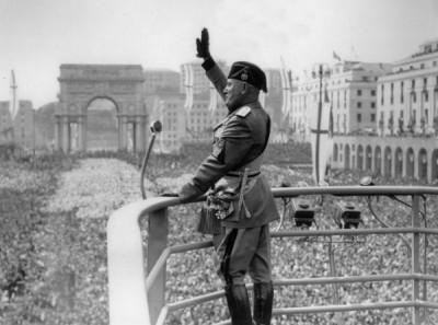 Benito_Mussolini_Roman_Salute.jpg