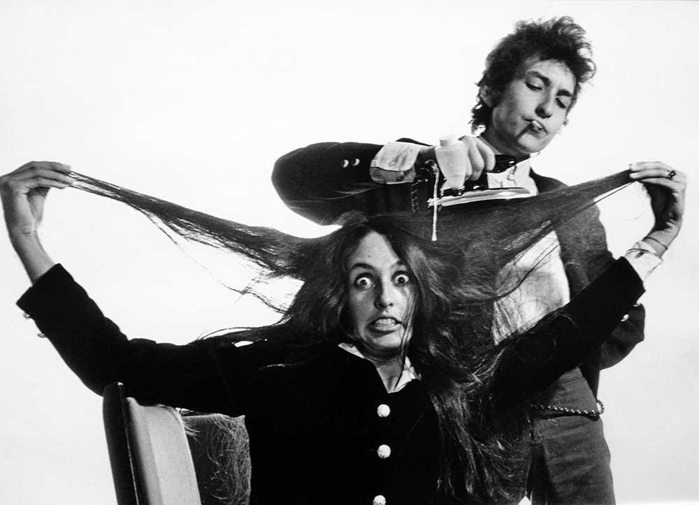 Bob-Dylan-ironing-Joan-Baezs-hair.jpg